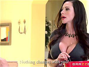 cougar Ariella Ferrera plumbs her daughters-in-law admirer