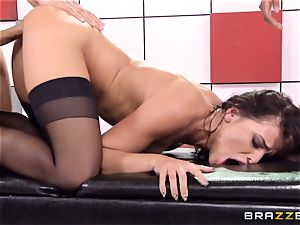 Adriana Chechik pulverizes 3 rods at once