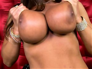 beautiful Lisa Ann uncovers her big fleshy cupcakes